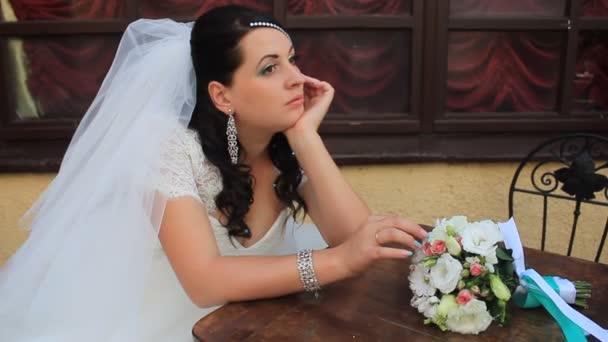 Mladá krásná nevěsta pózuje pro focení