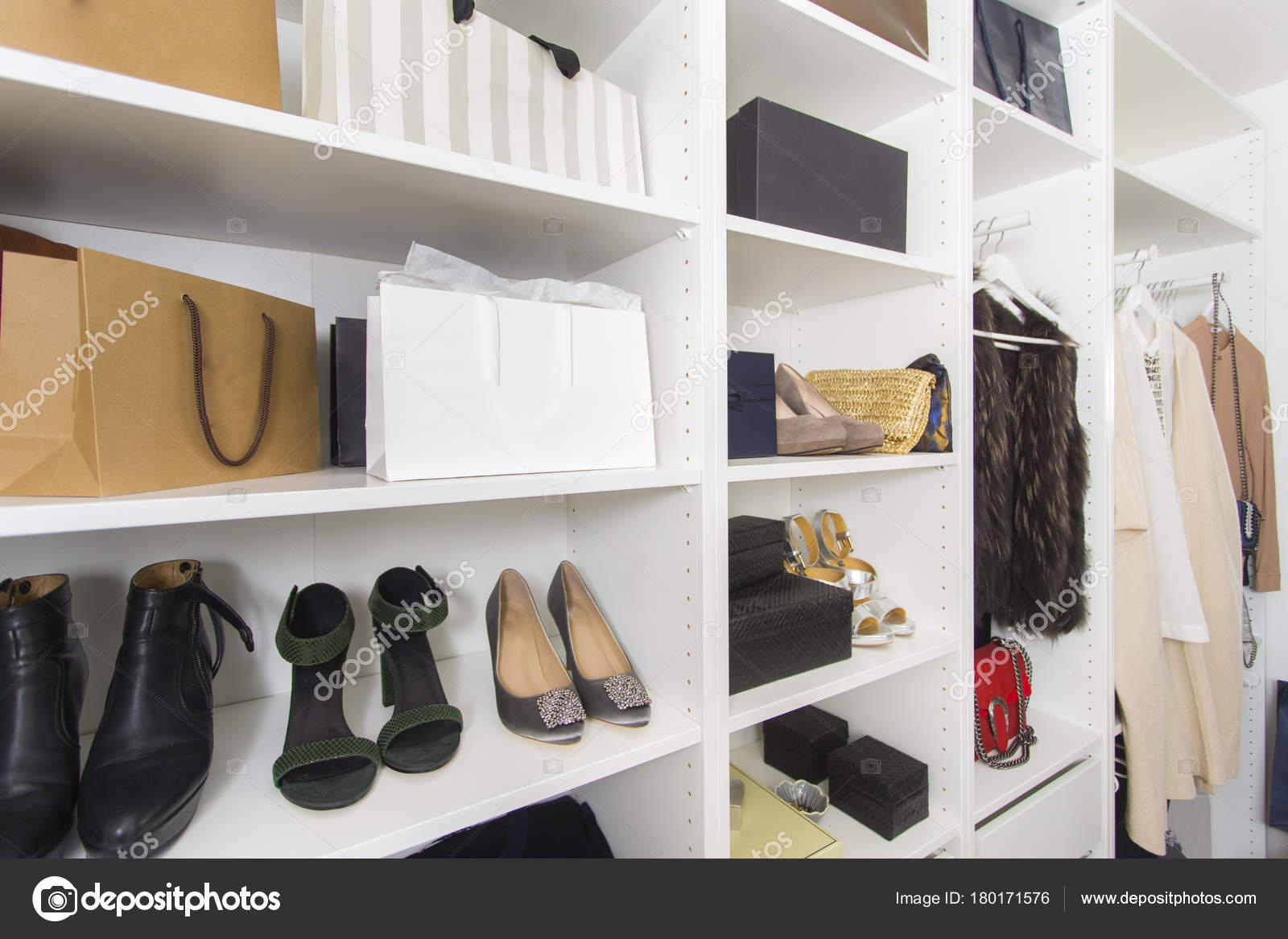 Cabine Armadio Luxury : Moderna cabina armadio con borse scarpe lusso u foto stock