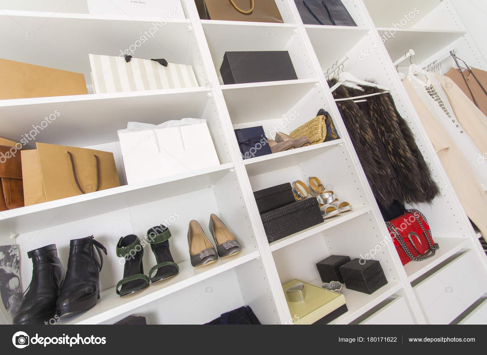 Cabina Armadio Lusso : Moderna cabina armadio con borse scarpe lusso u2014 foto stock