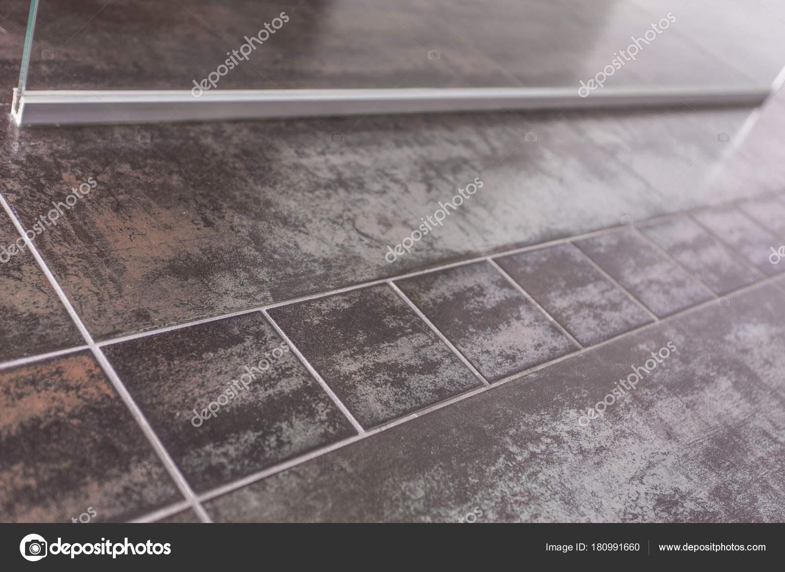 Design Fußboden Fliesen ~ Badezimmer bodenfliesen metallic design u stockfoto robertnyholm