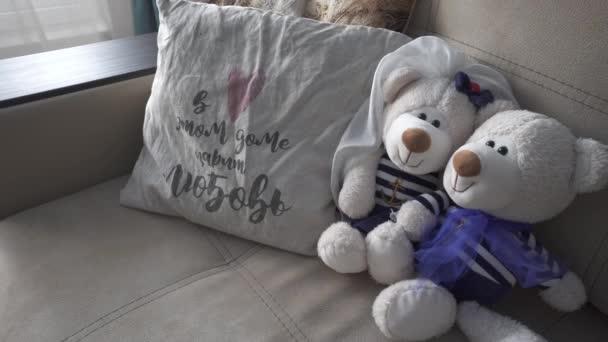 A medve puha játékai a párnás kanapén fekszenek.