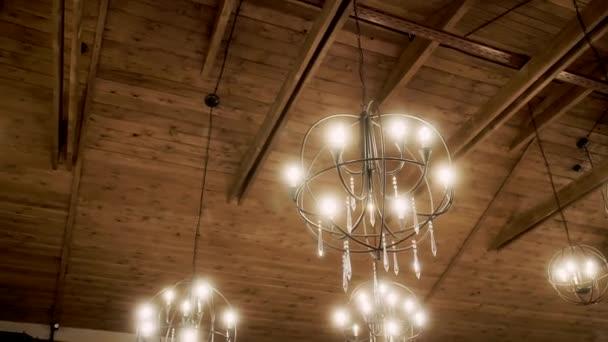 minimalistischer Kronleuchter an der Holzdecke