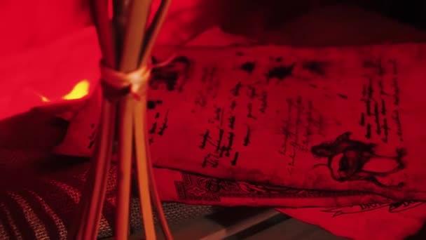 Pergamentrollen. Archivvideo Alte Schriftrolle rollt aus. Hochwertige drei alte Schriftrollen