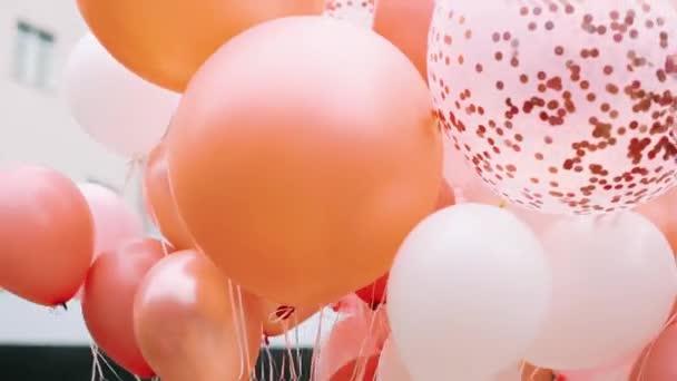 Rózsaszín léggömbök. Nyaralás lányoknak rózsaszín lufikkal.