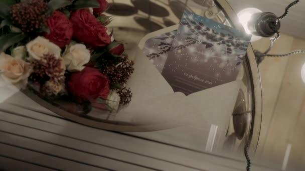 Umschlag mit Blumen auf einem transparenten Couchtisch