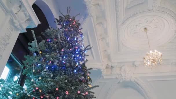 Dekorovaný vánoční stromek s girlandami a hračkami