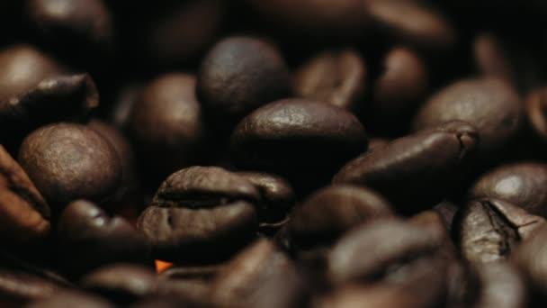 dunkle Kaffeekörner. Drehen und fallen. Kaffeebohnen. Nahaufnahme von Kaffeesamen. schöne Samen von Kaffee.