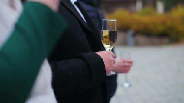 Ein Glas in der Hand am Buffet an einem grauen Nachmittag im Herbst