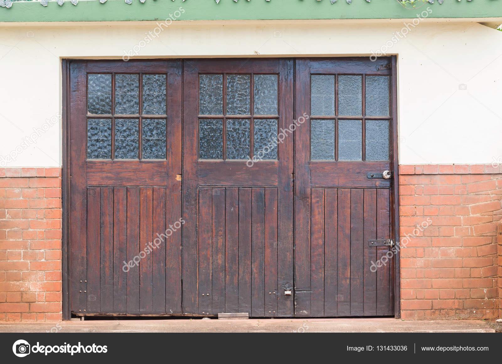 W Ultra drzwi garażowe drewniane — Zdjęcie stockowe © ChrisVanLennepPhoto YI38