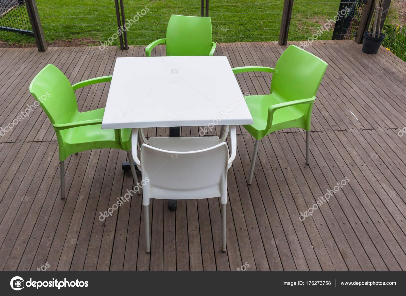 Plein Air Meubles Decor Contrastes De Table Chaises Blanches Et Vertes Sur Le Pont Lamelles En Bois Image ChrisVanLennepPhoto