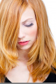 Studioporträt der schönen jungen Frau