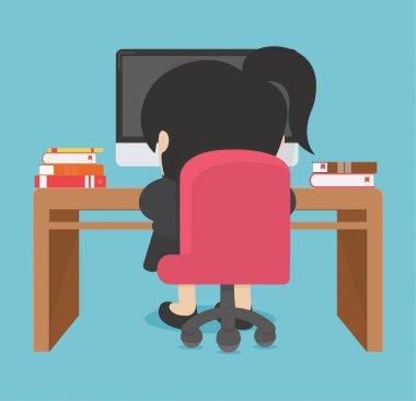 İş kadını bilgisayarda çalışıyor