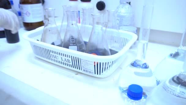 Férfi tudós, aki laboratóriumban dolgozik