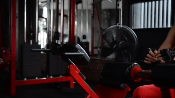 Ázsiai sportos nő edzés tornaterem, edzés videó