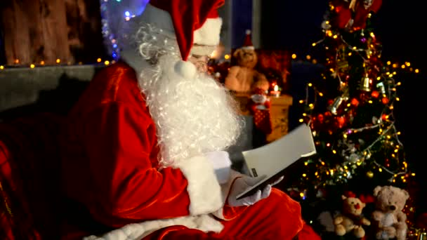 Santa Claus otevřený červený pytel pro hledáte, Veselé Vánoce koncept