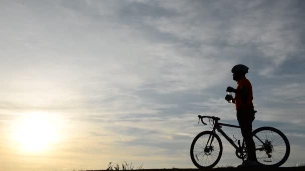 Silueta muže na kole při západu slunce