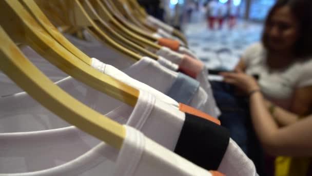 přítelkyně výběr oblečení v obchoďáku, nákupní koncept