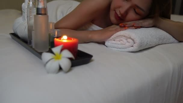 Asijské krásný žena relaxační v spa salon