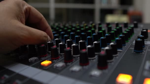 zblízka mužské ruky pracující na mixéru v hudebním studiu
