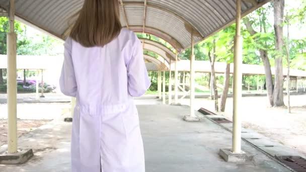 Blick auf junge Ärztin mit Stethoskop im Freien