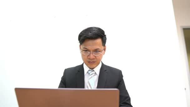 Porträt eines jungen asiatischen Geschäftsmannes auf weißem Hintergrund, modernes Businessman-Konzept