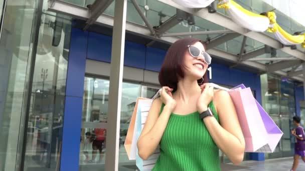 Krásná asijská žena chůze nakupování v obchodním domě