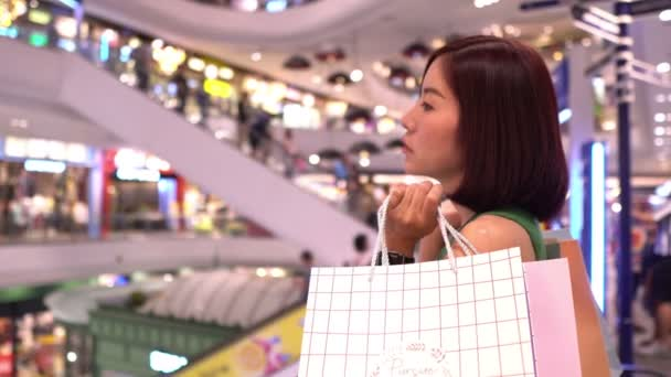 Gyönyörű ázsiai nő séta vásárlás áruházban