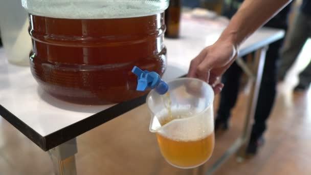 Nahaufnahme von frischem Bier im Glas, Getränkekonzept