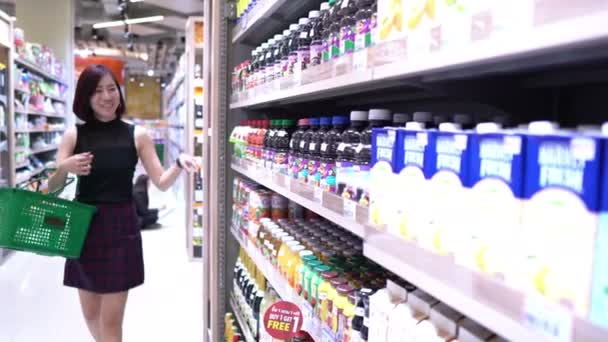 Krásná asijská žena chůze nakupování v supermarketu