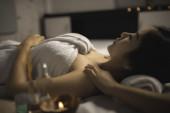 Asiaté krásná žena relaxační během masáže v lázních