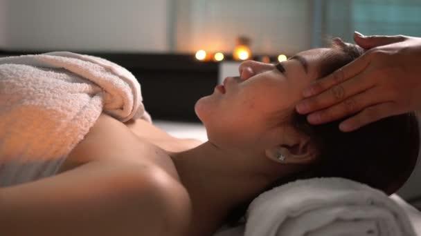 Ázsiai gyönyörű nő pihentető spa szalon
