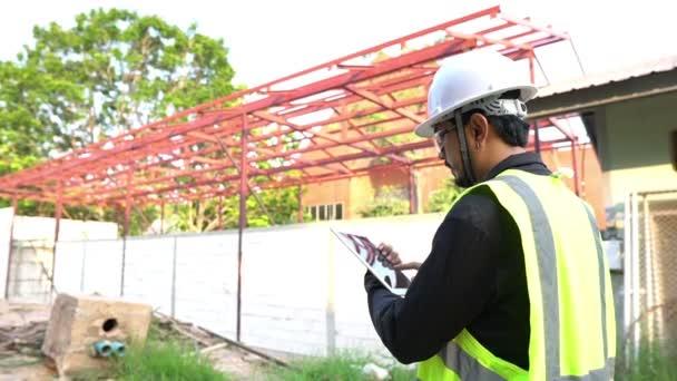 mužský inženýr s objektem kontroly notebooku pro stavbu, nové umístění pro obchod