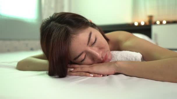 Ázsiai gyönyörű nő pihentető spa szalon, szépség koncepció