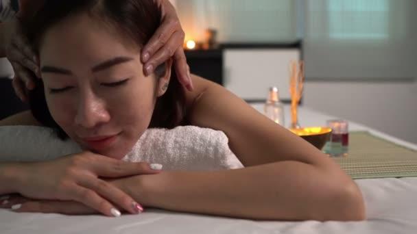 Asijské krásné žena relaxační v spa salonu, krása koncept