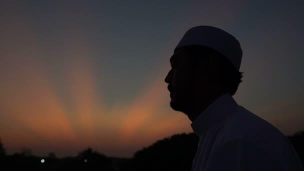 Silhouette Junger asiatischer Muslim betet am Sonnenuntergang, Konzept des Ramadan-Festes