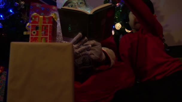 Santa klauzule čtení příběh pro děti na vánočním festivalu doma
