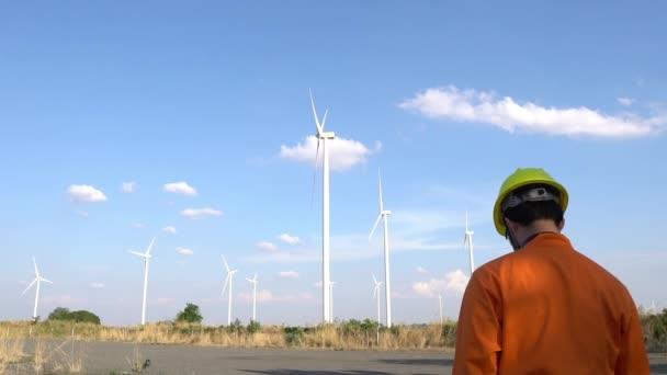 Ingenieur arbeitet und hält den Bericht im Windkraftpark Power Generator Station auf dem Berg