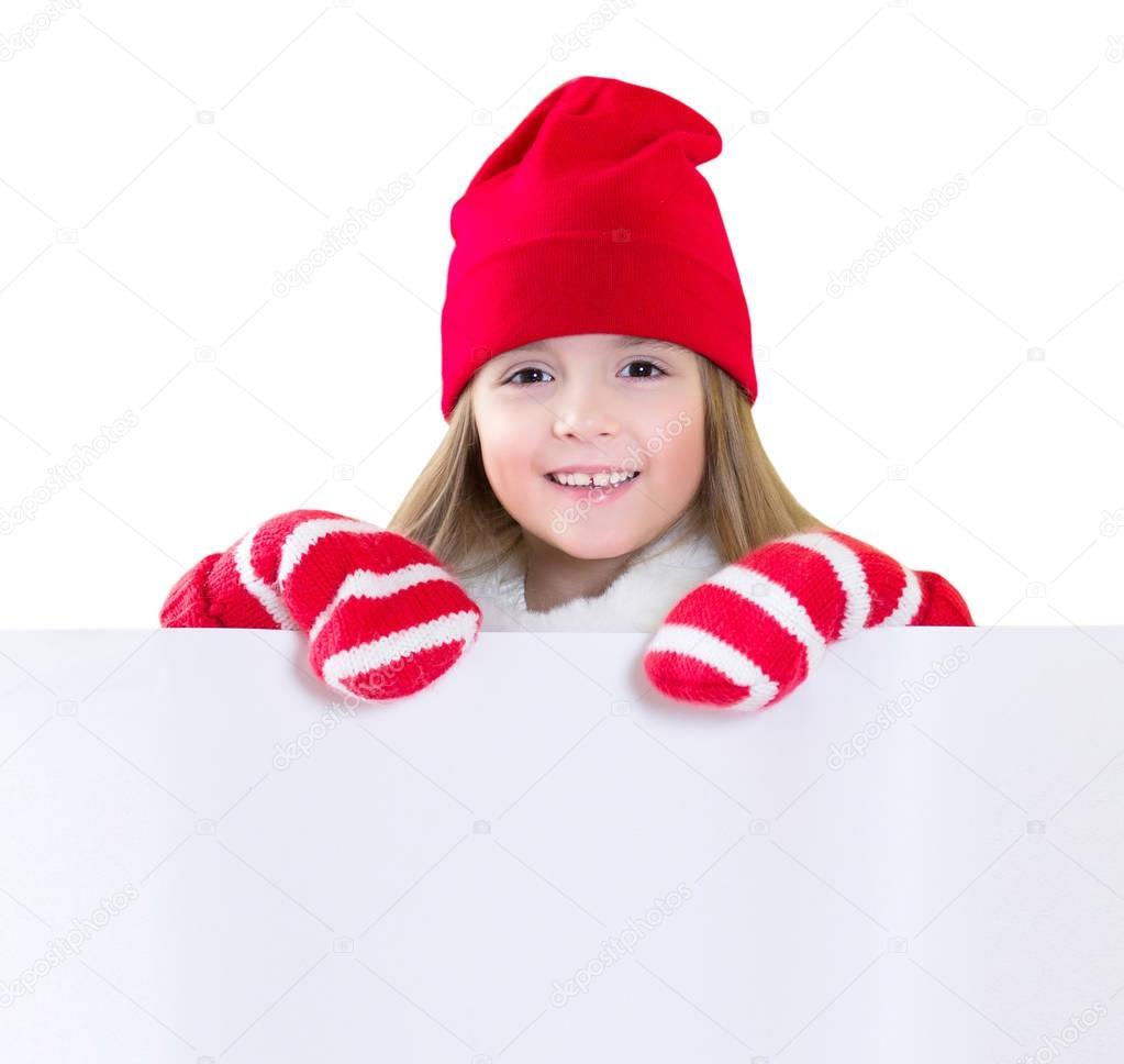 Menina criança feliz sorrindo rosto no chapéu de Papai Noel roupas e luvas  segurando uma folha branca com um espaço vazio para o texto. 88db5965b89