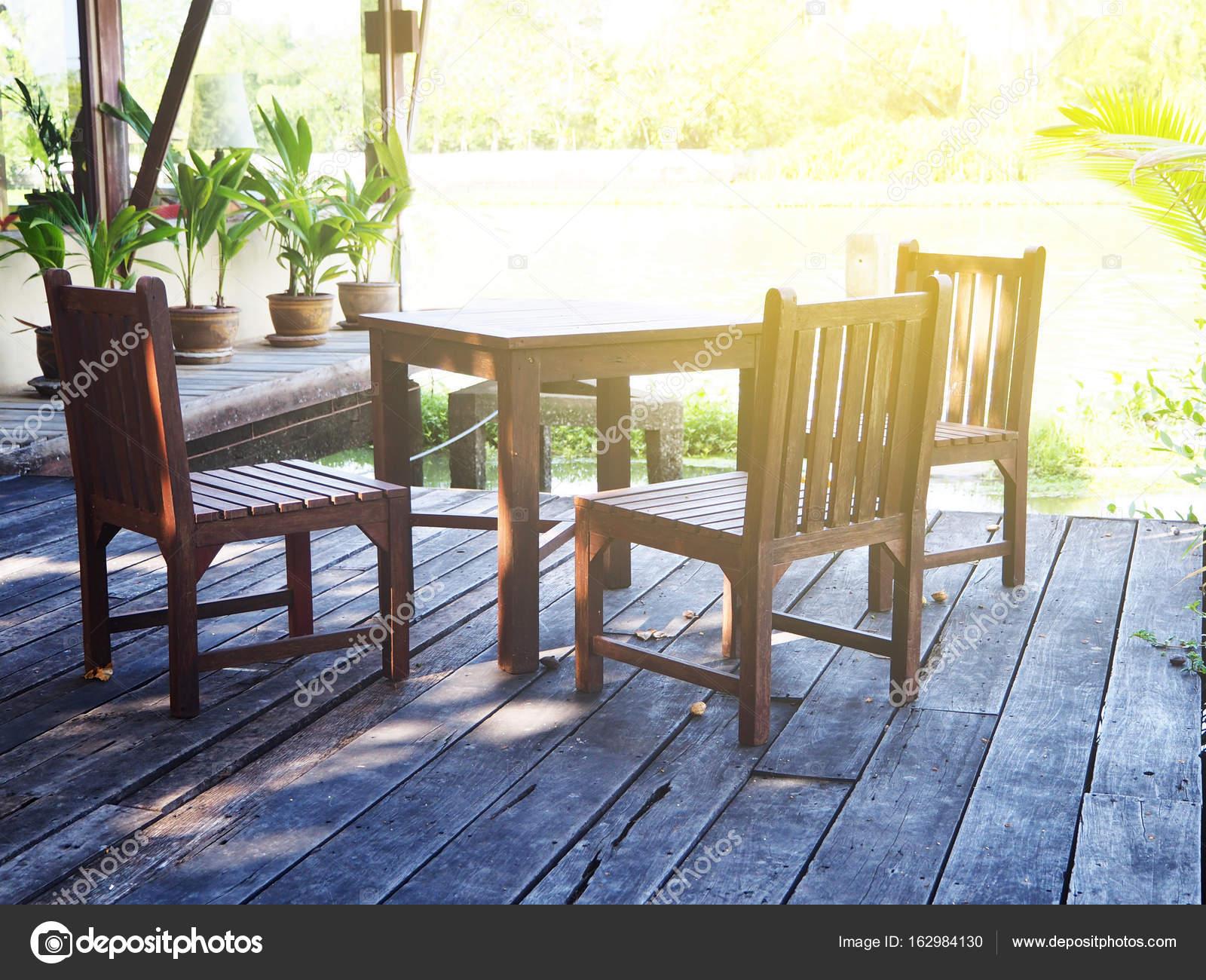 Holz Tisch Im Garten Mit Licht U2014 Stockfoto