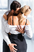 Fotografie Geschäftsmann küsst und hält Gesäß von sexy Frau