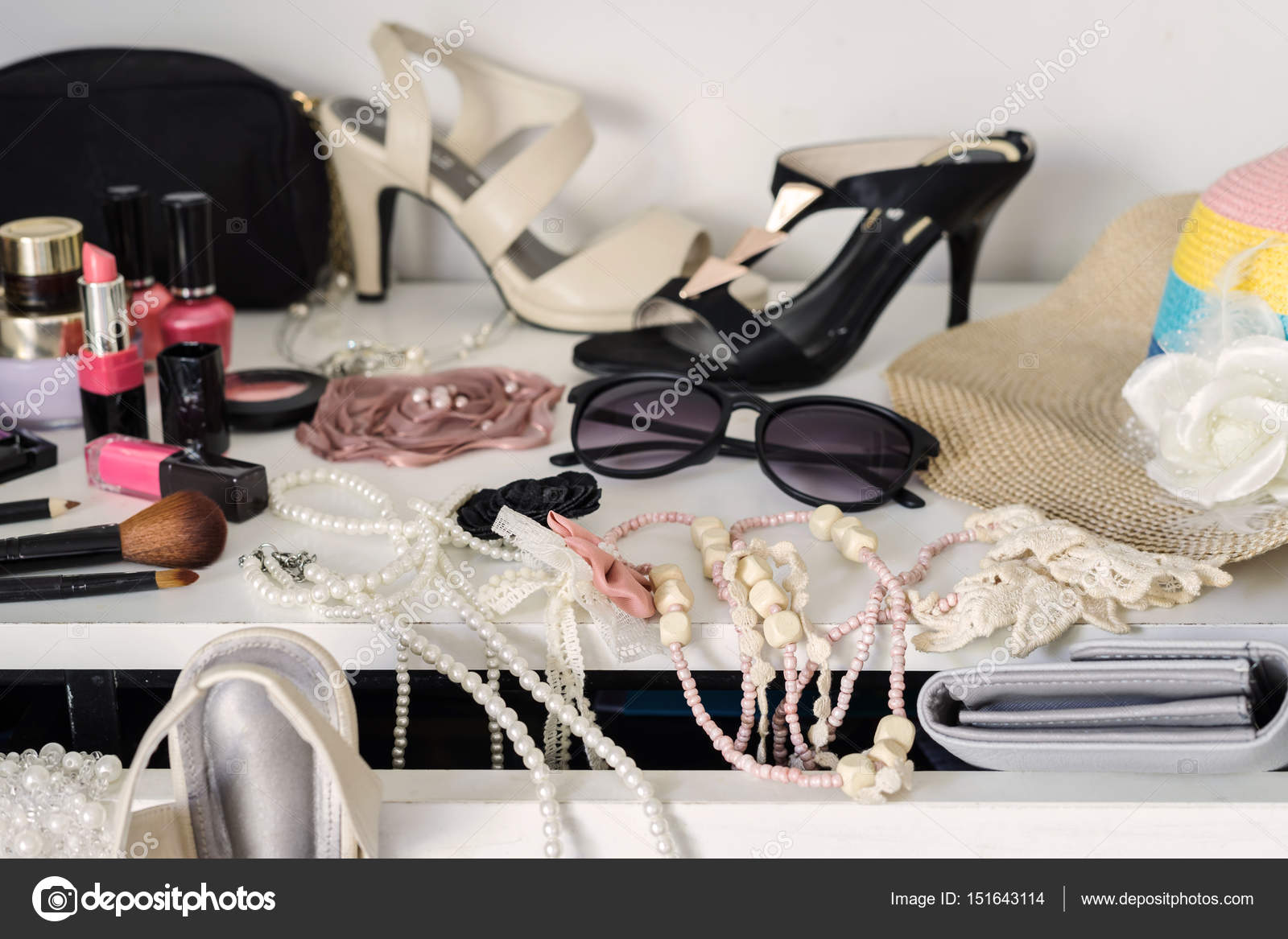 5625dca4174f Μπουντουάρ της γυναίκας με τα καλλυντικά που και μόδας accessorie — Φωτογραφία  Αρχείου