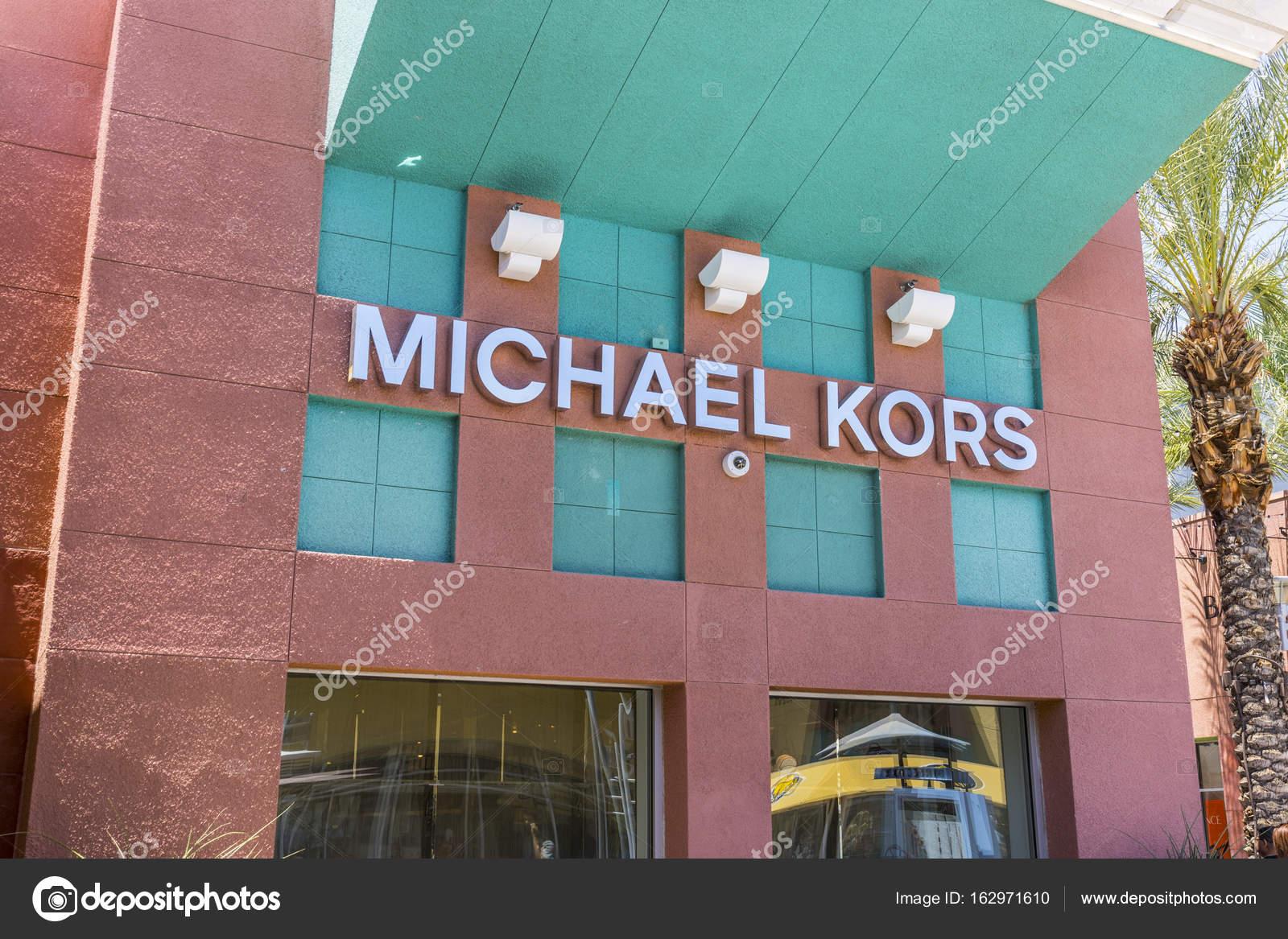 Las Vegas - cerca de julho de 2017  Michael Kors loja de varejo. Ofertas de  Kors vestuário clássico, bolsas e acessórios Iii — Fotografia por  jetcityimage2 a7674896fa
