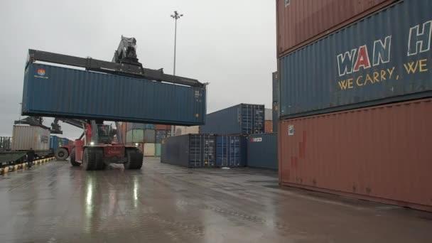 Arbeitslader am Güterterminal der Bahn. Container stapeln.
