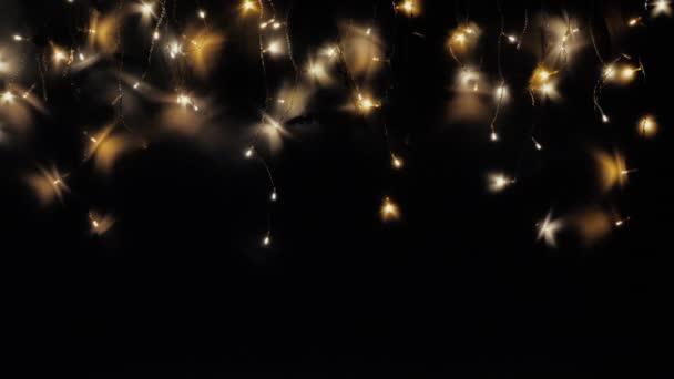 Vánoční věnec se třpytí jako noční obloha. Světla v podobě noční oblohy nebo vánočního rámu.