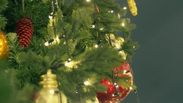 Egy díszített karácsonyfa töredéke az utcán. Éjszaka.