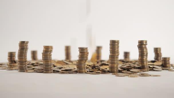 Koncept peněz. Sloupce zlatých mincí ve formě mrakodrapů nebo Stonehenge.
