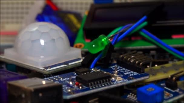 Elektronikus technológia, táblák, alkatrészek, kábelek és vezetékek közelről