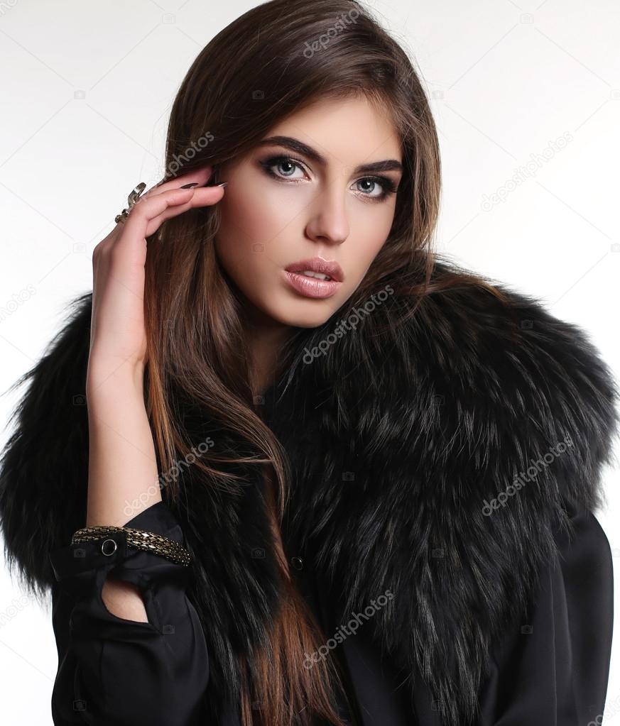 4f928135bc6 femme aux longs cheveux noirs en élégante robe