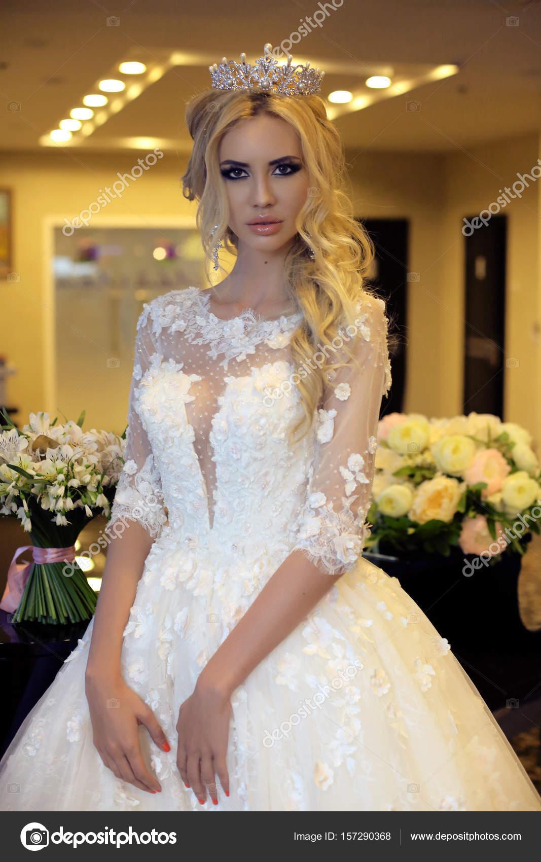 wunderschöne Braut mit blonden Haaren in luxuriöse Brautkleid ...