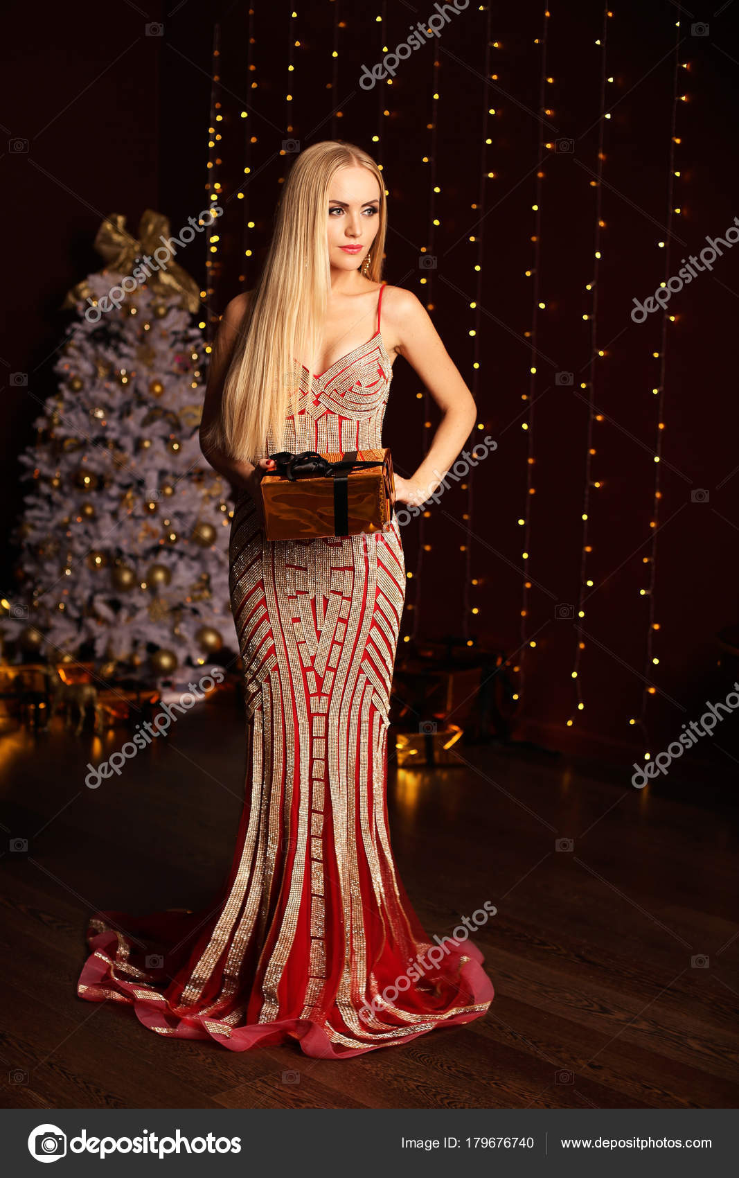 562b634d2467 mujer con pelo rubio en vestido de noche de lujo posando cerca de ...